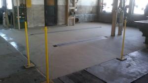 Egalisierung des Fußbodens mit einem Epoxidharzmörtel einer Teilfläche der Werkstatt einer Metallbaufirma