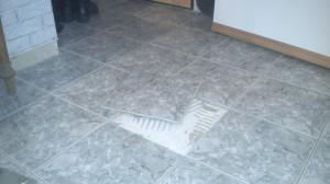 Fußbodentrocknung, die Fliese wurde beim Ausbau komplett erhalten
